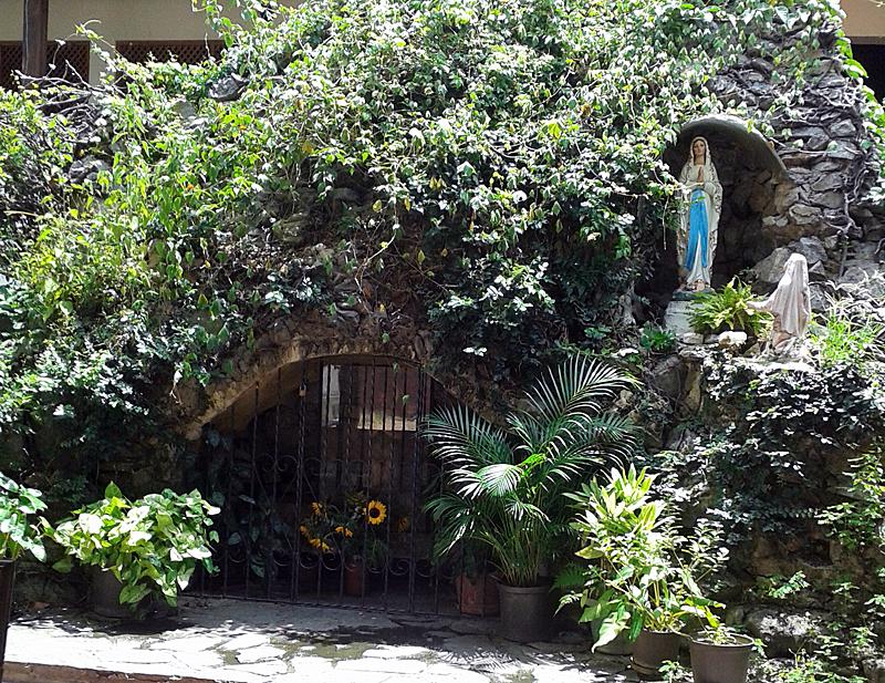 Conjunto de la Gruta. A la derecha Virgen de Lourdes y Bernardette, a la izquierda nicho de San Judas Tadeo con vidrio y reja. Foto: Alejandra Suárez