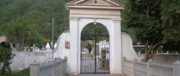 Fachada del antiguo cementerio del Valle del Espíritu Santo