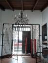 Entrada, vista desde el interior de la casa. Foto: Alejandra Suárez.