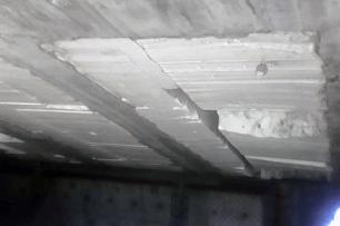 """Cemento fracturado debajo del """"Puente Independencia"""", parte sur del parque. Foto Carlos Crespo."""