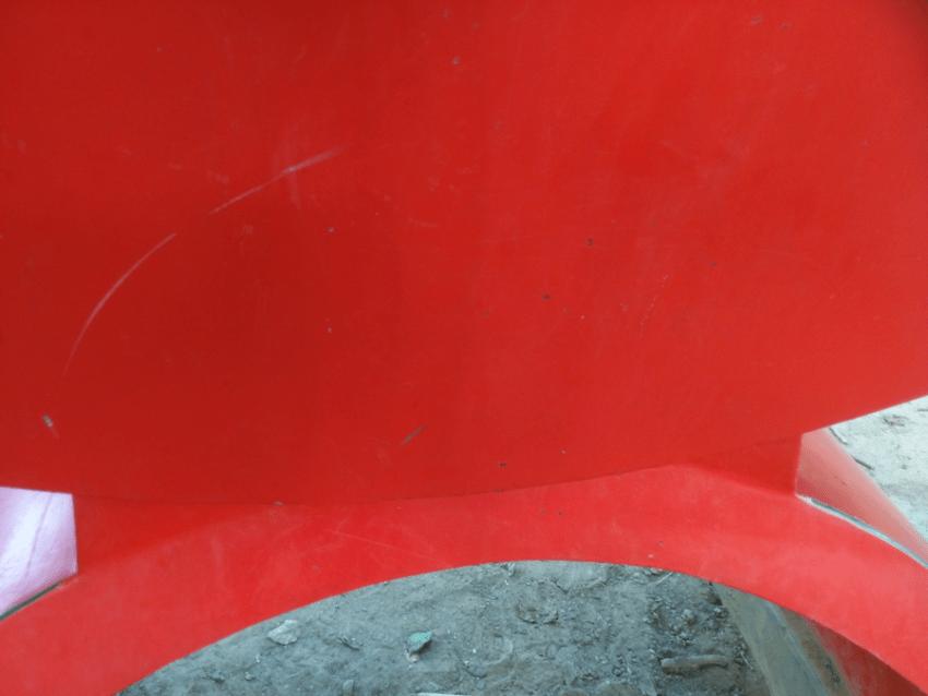 Daños a la escultura Ángel Rojo (1981) de Víctor Valera. Foto Carlos Crespo.