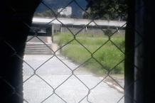 A través de algunos huecos de la lona se observa como crece la maleza alrededor de la entrada original. Foto Carlos Crespo.