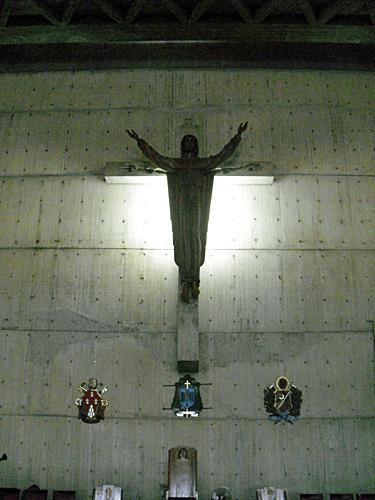 Cristo Resucitado realizado en madera. Mide 8 mts y está colocado sobre una cruz de obra limpia. Reposa en una pared inclinada de 15 x 15mts en el altar mayor de la catedral. Foto: Mildred Maury.