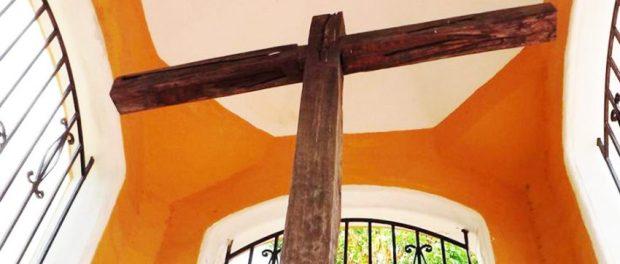Esta cruz de cují inició la evangelización de América del Sur. Detalle de la foto de Carlos E Estrada