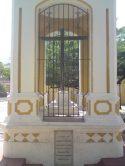 Frontal con placa, que certifica en latín la construcción del templete en 1866.