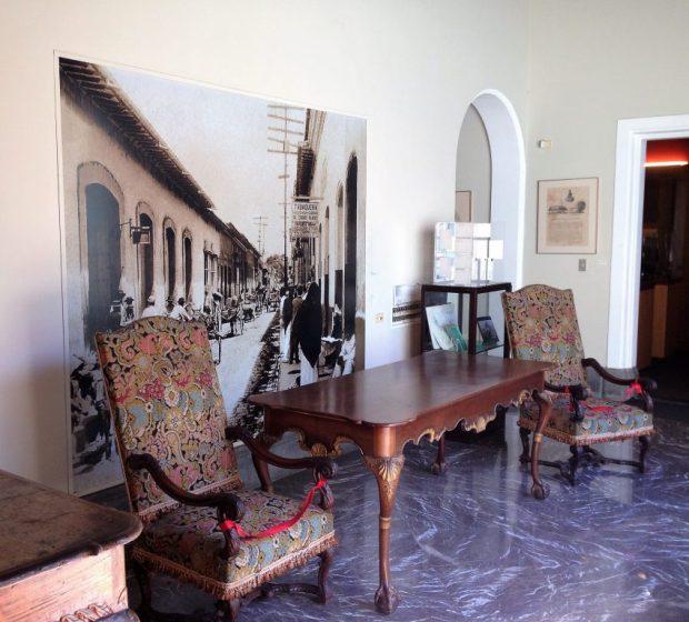 Al fondo, fotografía de la Casa Boulton en la Esquina El Chorro. Foto Mayerling Zapata, enero 2017.