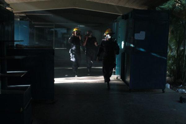 Bomberos universitarios actúan luego del estallido de bombas lacrimógenas. Efecto Cocuyo