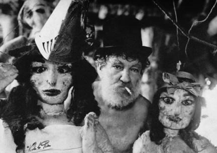 Reverón presenta a sus muñecas. Foto Victoriano De Los Ríos