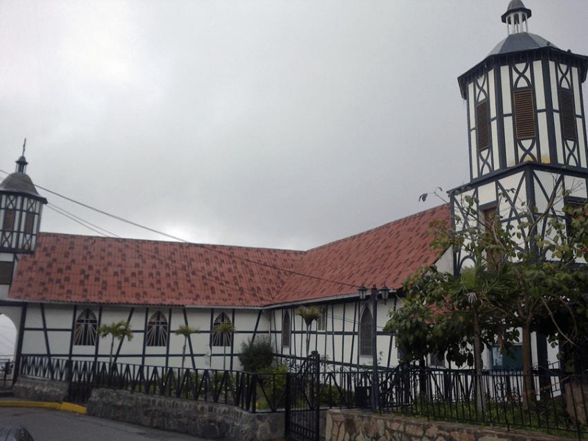 "Lateral de la Iglesia San Martin de Tours, se aprecia su forma de ""L"". Foto José Luis Rosales, Diciembre 2016."