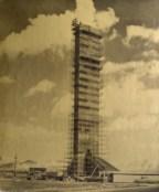 El Obelisco en plena construcción.