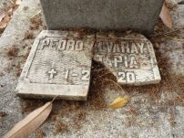 Lápidas destruidas.