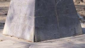 Daños en el pedestal que sostiene el busto del Libertador.