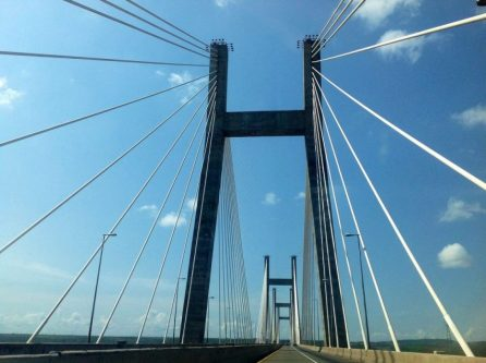 Puente atirantado con forma de abanico.