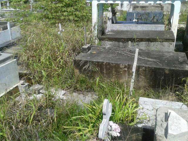 Caminos anegados por eventuales lluvias en el Cementerio Municipal de Tucacas. Foto ACN.