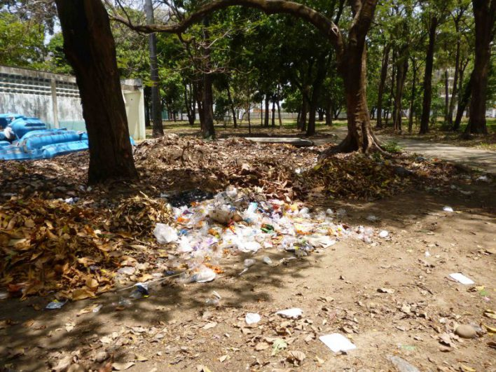 Basura y escombros en algunas áreas del parque La Federación. Foto M. Araque.