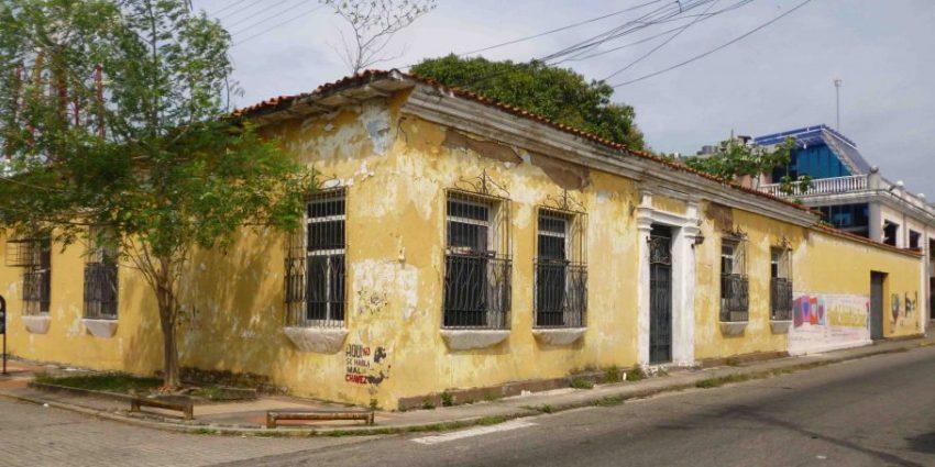 """Así está la casa natal de dos poetas barineses, pero la culpa es """"de las llaves"""". Foto M. Araque."""