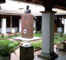 Busto de Bolívar en el patio interno.