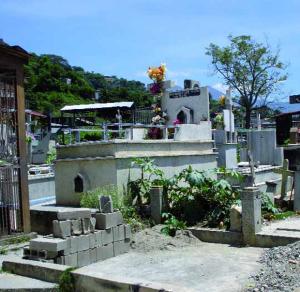 Hacinamiento en el cementerio El Buen Pastor obliga a construir tumbas comunes.