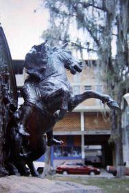 Destrucción de uno de los relieves del monumento a Páez, 2003. Foto y Colección: José Ignacio Vielma. Digitalización: Samuel L. Hurtado Camargo