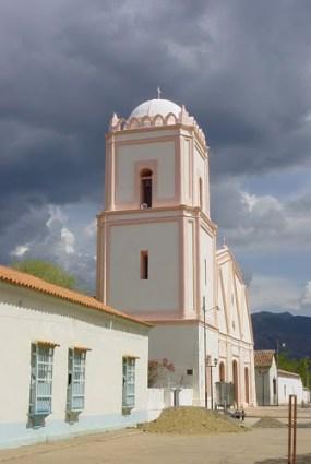 Vista lateral de la iglesia San Rafael Arcángel, de Baragua. Foto Pavosaurio / Panoramio.