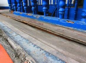 Los cimientos de madera ceden al abandono en la Casa de la Cultura Jua Félix Sánchez. Foto Franck Gavidia.