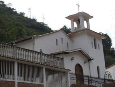 La fachada de la iglesia de La Plazuela tiene una nave central y entrada en forma de arco.