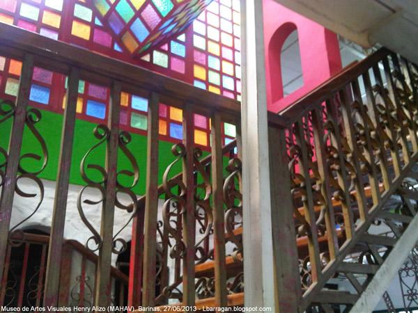 Escaleras hacia el colorido 2do nivel del MAVHA. Foto Luis Barragán.