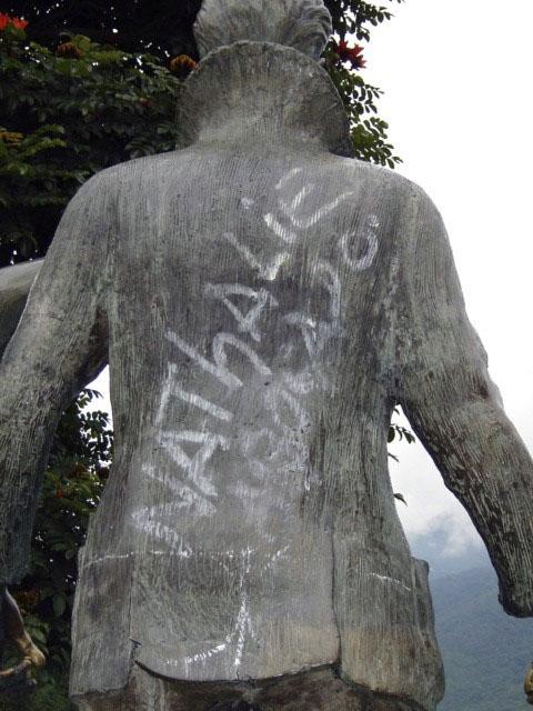 Vandalismo a la estatua de Enrique Bourgoin, noviembre 2005. Foto Samuel Hurtado Camargo