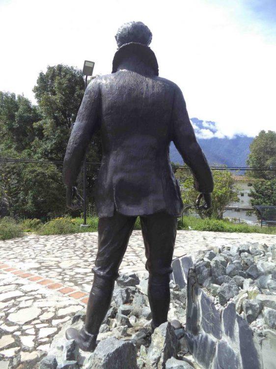 Vista posterior de la estatua de Enrique Bourgoin luego de su restauración en el 2015, mayo 2017. Foto Samuel Hurtado Camargo