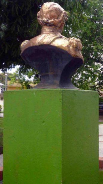 Vista posterior de pedestal y busto de Páez. Foto Marinela Araque, mayo 2017.