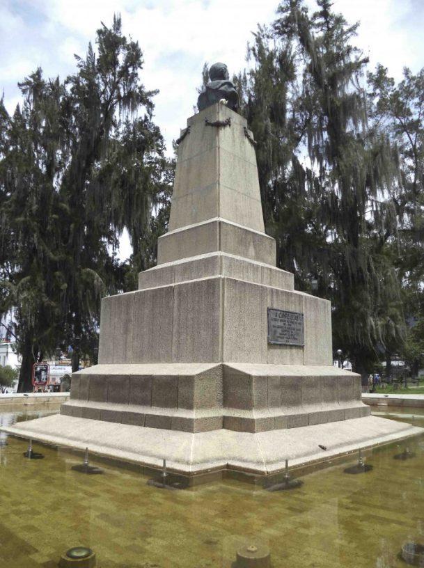 Vista posterior y del lateral derecho del monumento a Campo Elías, mayo 2017. Foto Samuel Hurtado Camargo