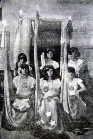 Alumnas de la Escuela Graduada Rivas Dávila, representando las repúblicas bolivarianas. Foto Editorial Patria, p. 88. Digitalización Samuel Hurtado C.