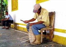 Artesano haciendo una cesta. Foto Kevin Vásquez / Flickr.