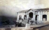 Casa de Mercado de Capacho Nuevo, Independencia, en 1927. Se obserba la escultura del león sedente. Municipio Independencia, estado Táchira.