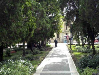 Avenida de la esquina oeste vista desde el área central de la plaza Bolívar de Mérida. Patrimonio histórico de Mérida, Venezuela.