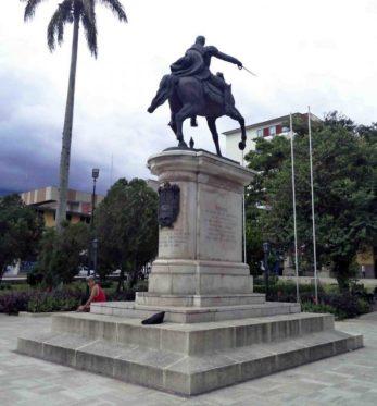 Cara posterior y lateral derecho del monumento a Bolívar. Foto Samuel Hurtado Camargo, 28 de mayo de 2017