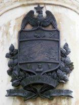 Escudo del estado Mérida ubicado en la cara frontal del pedestal. Foto Samuel Hurtado Camargo, 28 de mayo de 2017