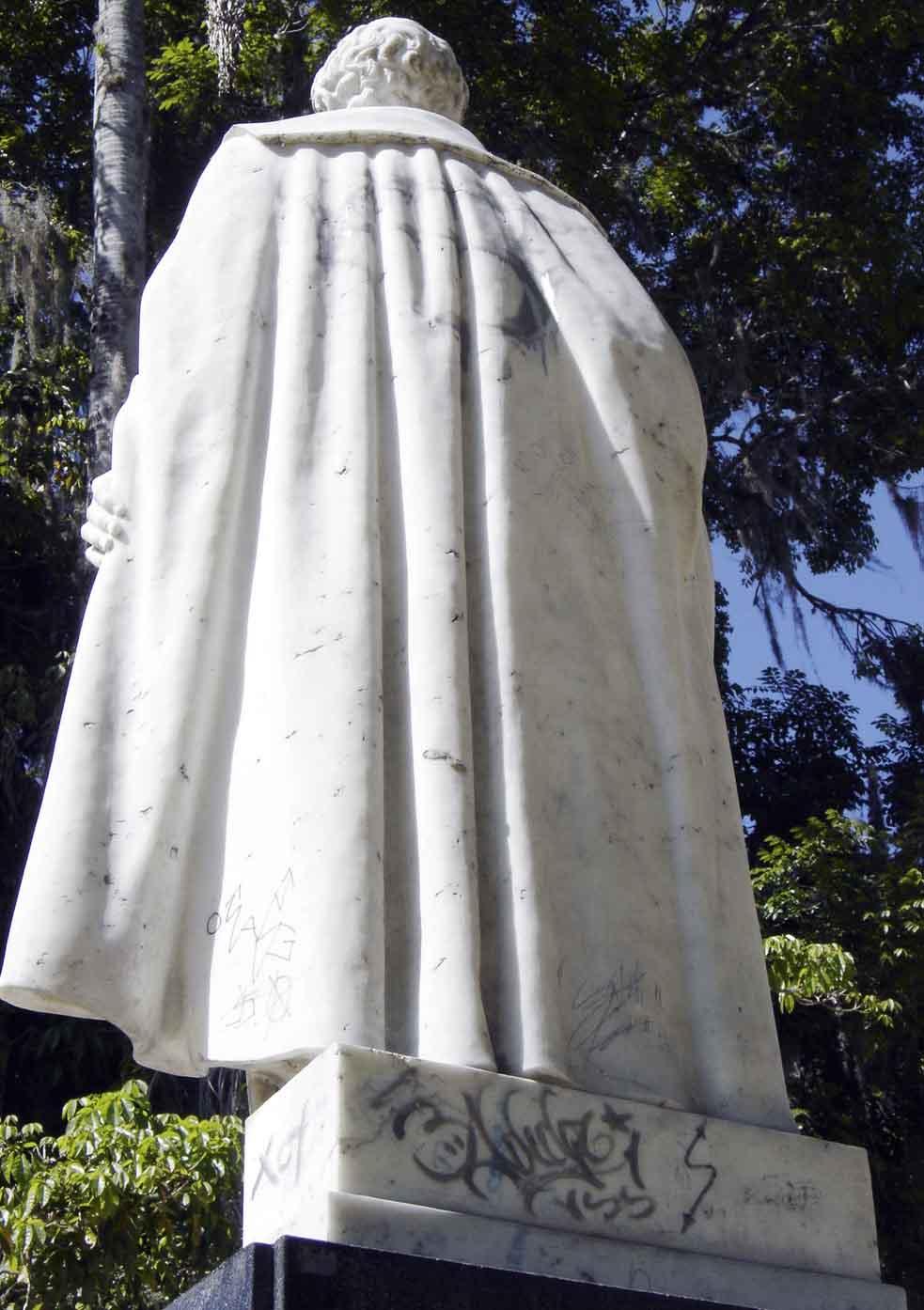 Estatua de Sucre antes de su restauración en el 2006. Foto Silvia Lidia González, 15 de diciembre de 2005
