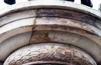 Fracturas y manchas de humedad presente en la cornisa de la cara posterior del pedestal. Foto Samuel Hurtado Camargo, 28 de mayo de 2017