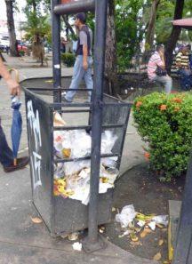 Basura sin recoger en la plaza José Fëlix Ribas, Barinas.
