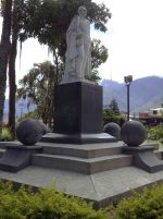Lateral derecho y cara frontal del monumento al Gran Mariscal de Ayacucho. Foto Samuel Hurtado Camargo, 28 de mayo de 2017