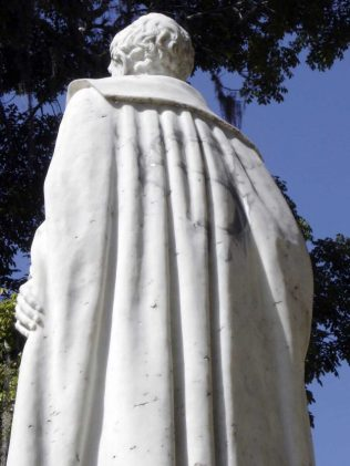 Logo de Superman dibujado en la capa de la estatua de Sucre. Foto Silvia Lidia González, 15 diciembre de 2005