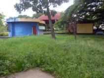 Mobiliario abandonado y maleza en el parque Los Mangos, de la ciudad de Barinas. Venezuela.