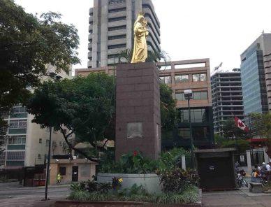Vista frontal del monumento a la Virgen María Auxiliadora en Chacao.