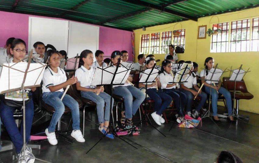 Clases de música en el Centro Cultural Tito Lino Molina. Foto FB del centro, mayo 2015.