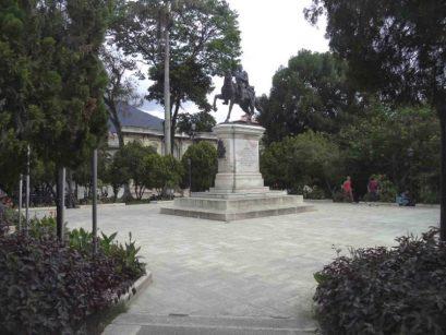 Otra vista de la cara frontal y lateral izquierdo del monumento a Bolívar. Foto Samuel Hurtado Camargo, 28 de mayo de 2017