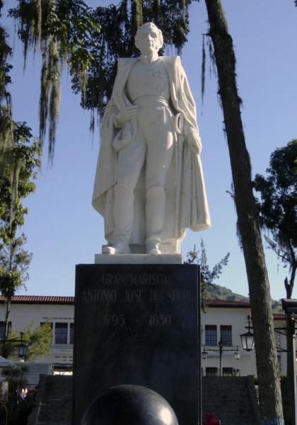 Otra vista frontal de la estatua de Sucre después de su restaur