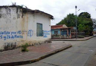 Pared lateral de la casa vandalizada y con humedad. Foto Marinela Araque, mayo 2017.