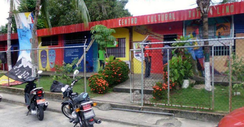 Fachada tricolor del Centro Cultural Tito Lino Molina