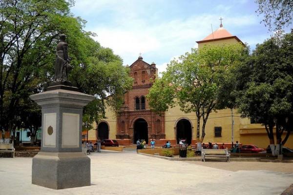 Plaza Bolívar y vista parcial del casco histórico de San Sebastián de Los Reyes, Aragua. Patrimonio cultural venezolano.